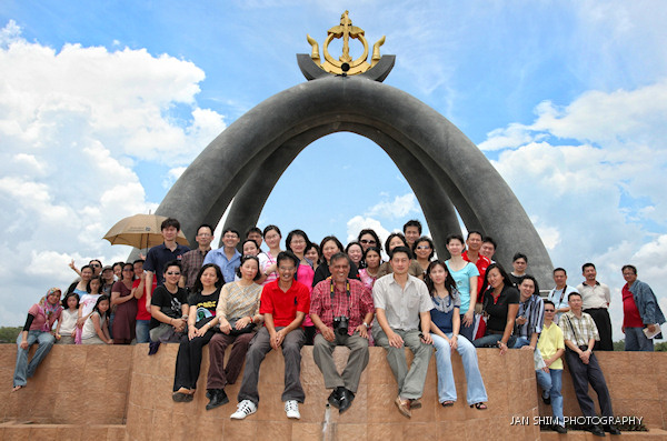 "The Class at the Billionth Barrel Monument in Seria. An icon of prosperity that has for decades been the main driver of the nation's economy. Class is reminded of the risks of dependency of oil and the need to ""mempelbagaikan ekonomi"" for a sustainable future."